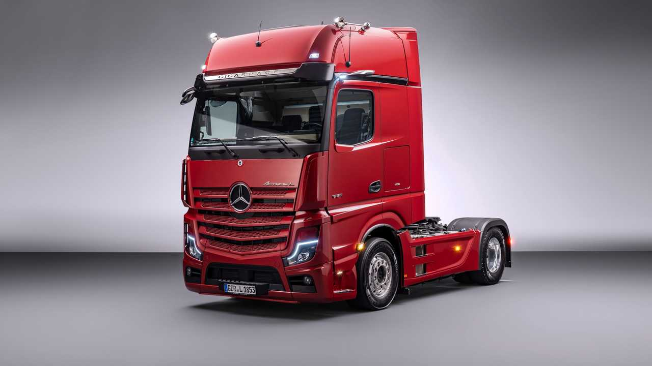 Der Mercedes Actros L in der Dreiviertel-Ansicht