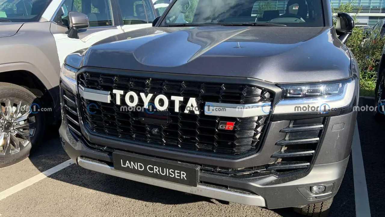 Toyota Land Cruiser 300 GR Sport замечен в России («живые» фото)