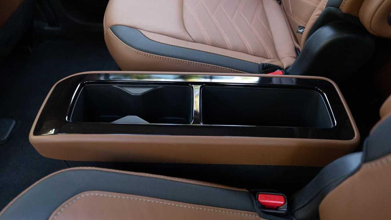 Задняя центральная консоль Nissan Pathfinder Platinum 2022 года