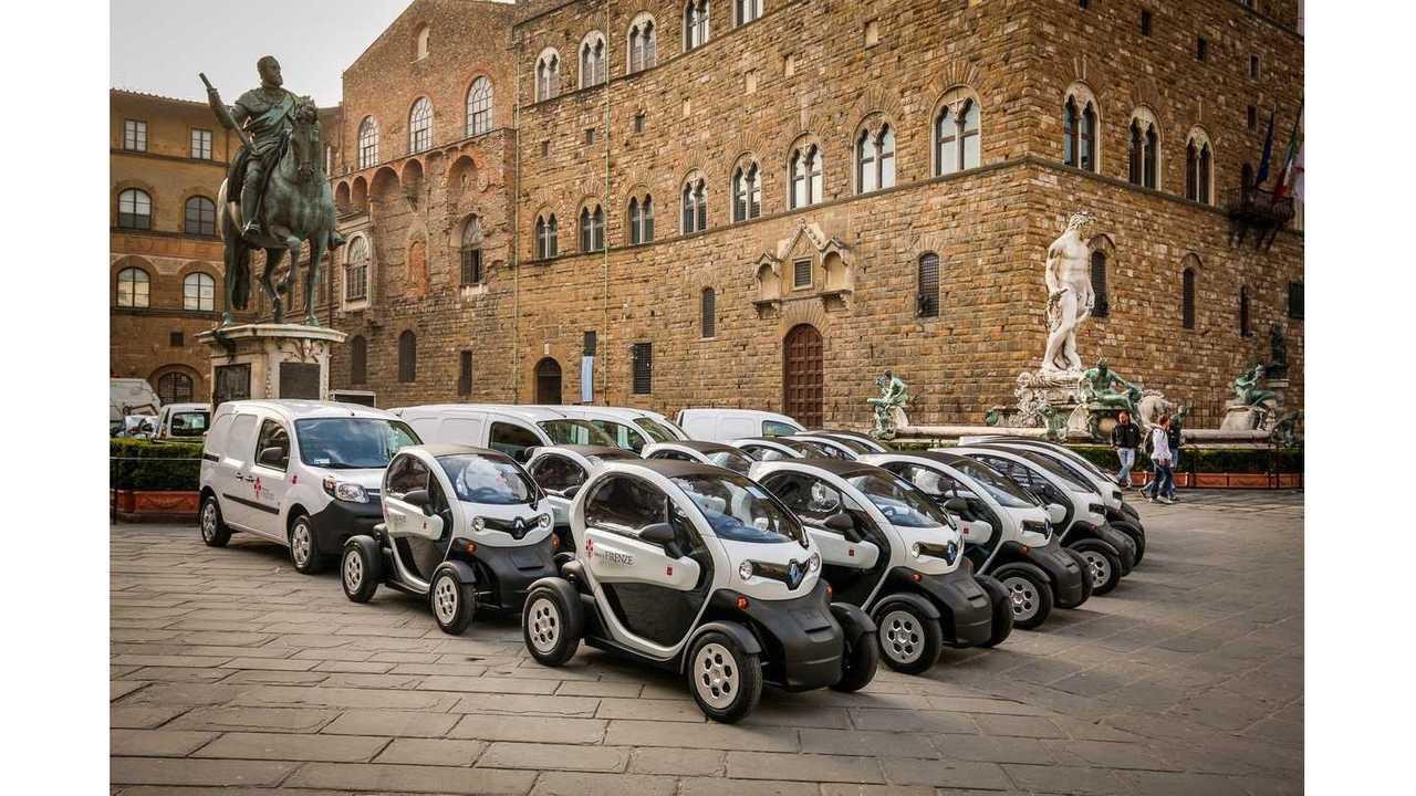 Fleet of Renault TWIZY et Renault KANGOO Z.E. on the Piazza della Signoria