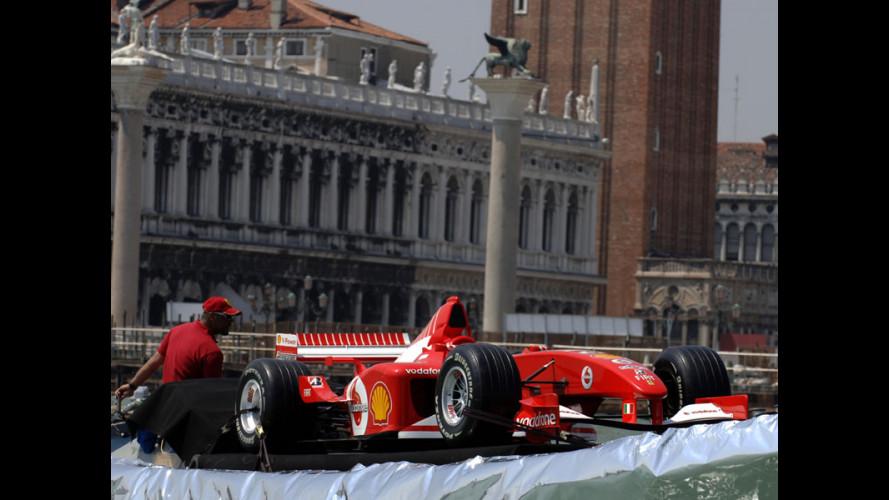 Una Ferrari a Venezia... in chiatta!
