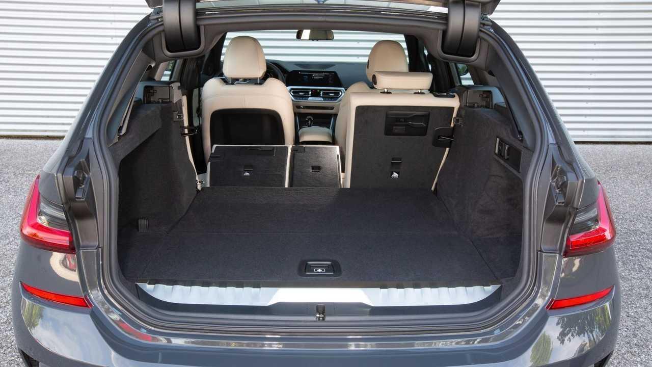 BMW 330e Touring trunk