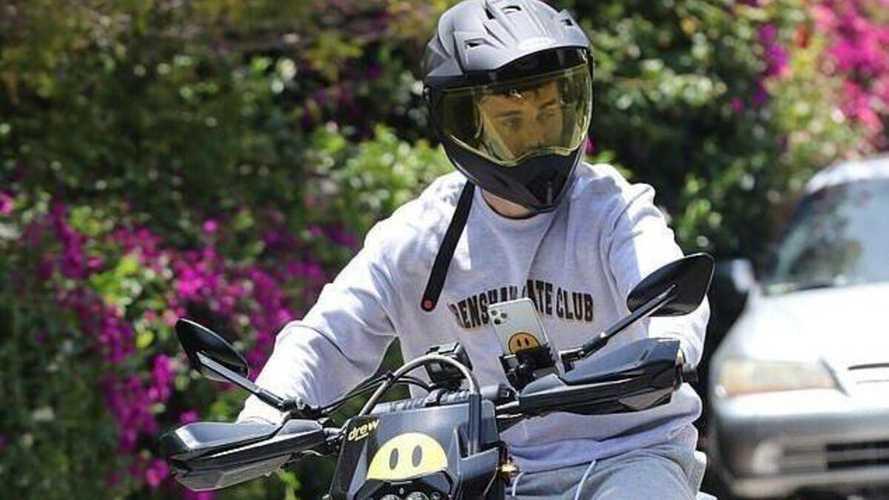 Justin Bieber in moto: casco slacciato e videochiamata alla guida