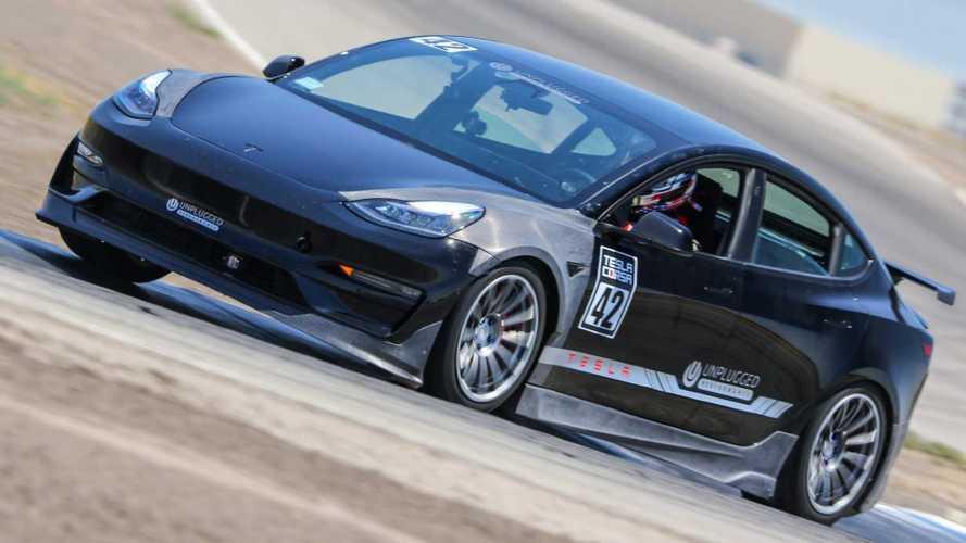 Questa Model 3 non scherza: batte una GT3 RS e va alla Pikes Peak