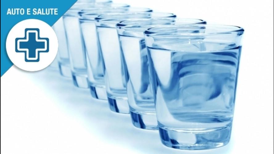 Viaggi in auto, quanta acqua bere per stare bene