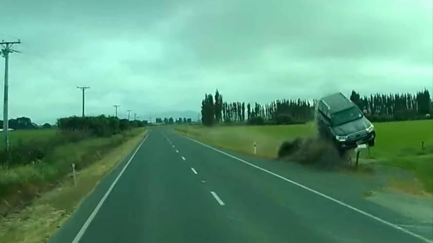 Aracının hakimiyetini kaybeden sürücü havaya uçtu