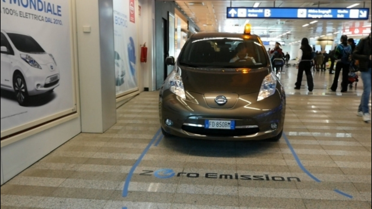 [Copertina] - Una Nissan Leaf in aeroporto, serve da shuttle