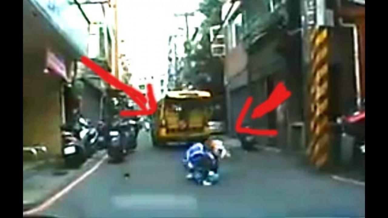 VÍDEO: Criança cai de transporte escolar em movimento