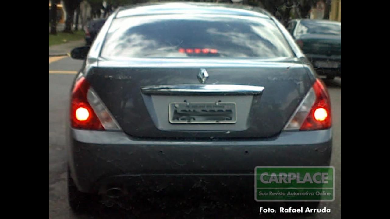 Leitor flagra sedan de luxo Renault Safrane rodando no Brasil