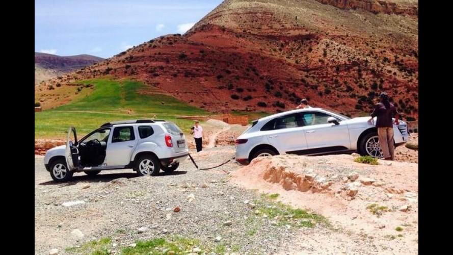É preciso saber perder: Porsche Macan atolado é resgatado por um Duster