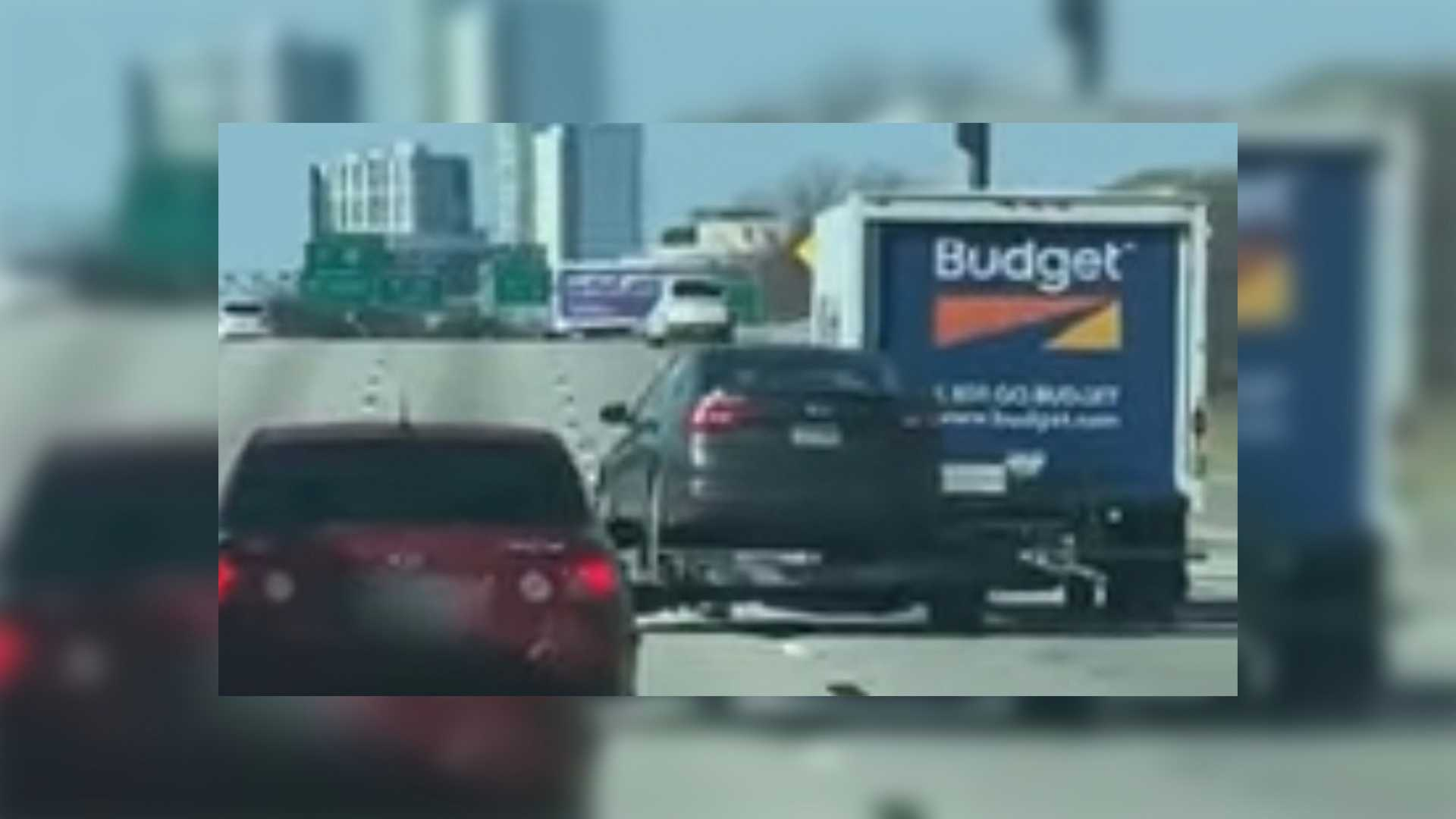 Посмотрите, как этот трейлер проходит мимо движущегося грузовика, который должен его буксировать