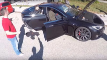 Bir Tesla Model S'e kaç insan sığar?