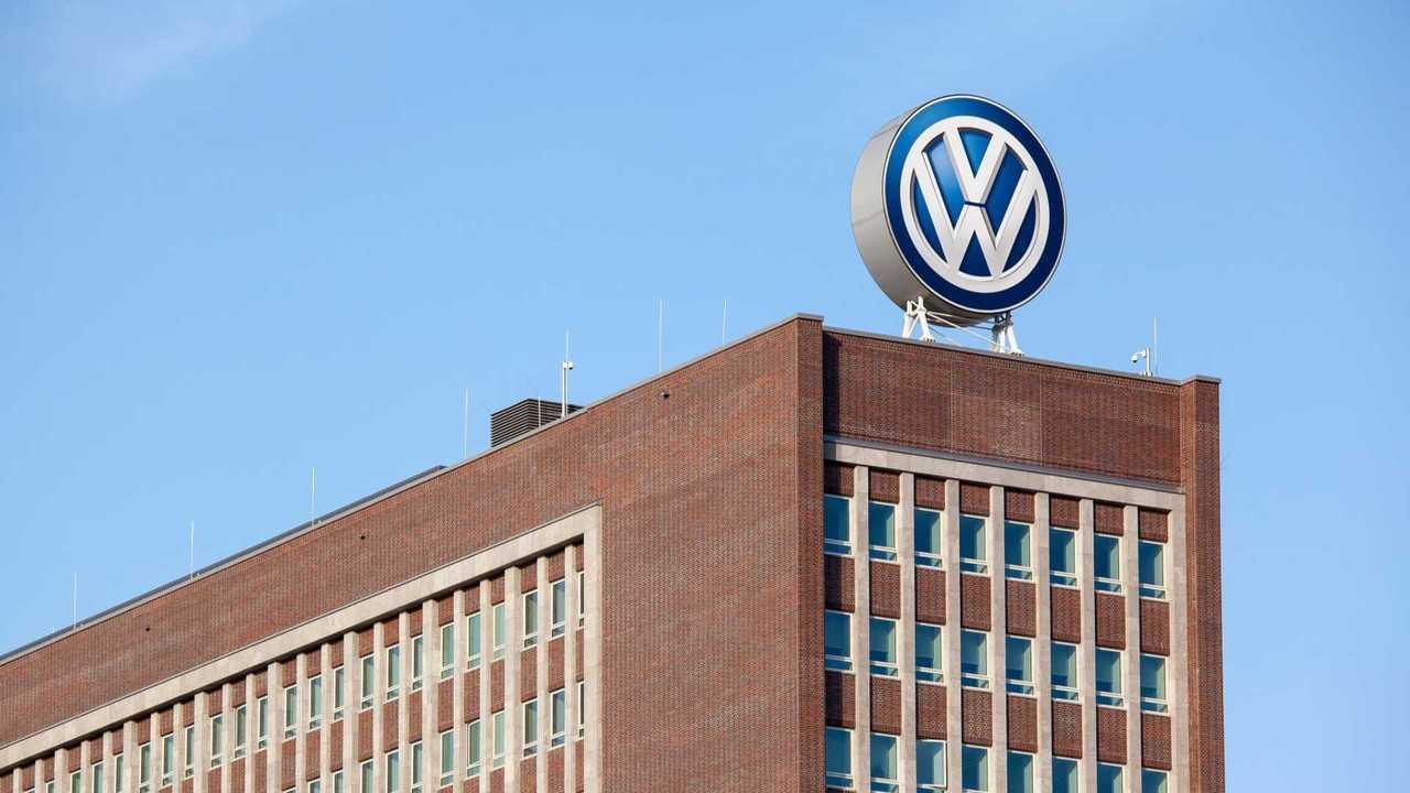 VW-Werk Wolfsburg mit großem VW-Logo