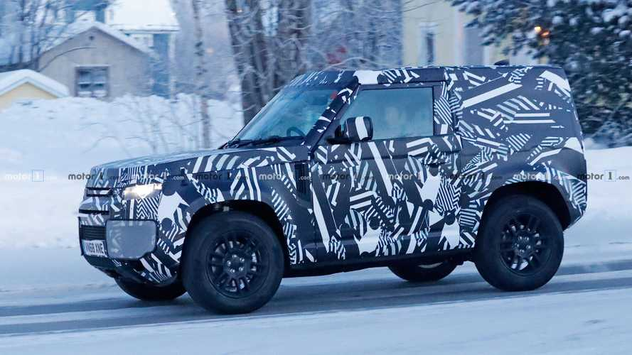 Land Rover Defender 90 spied showing its compact body