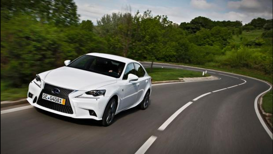Lexus IS Hybrid, la berlina ibrida che vuole farsi guidare