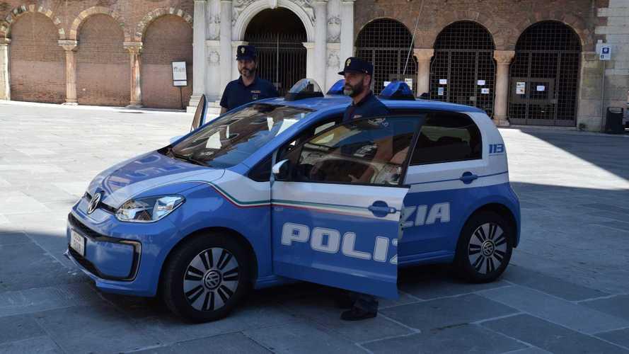 Una Volkswagen e-up! indossa la divisa della Polizia di Verona