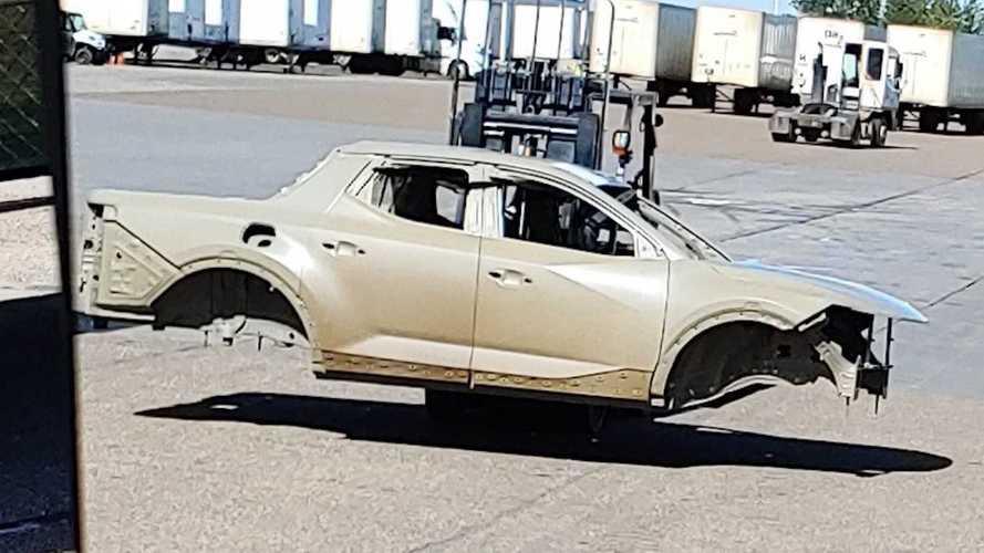 Пикап Hyundai впервые засветился без камуфляжа, но лишь частично