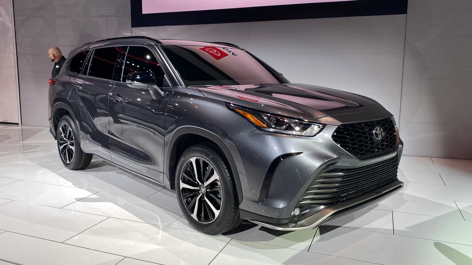2021 toyota highlander xse shows its sporty side in chicago