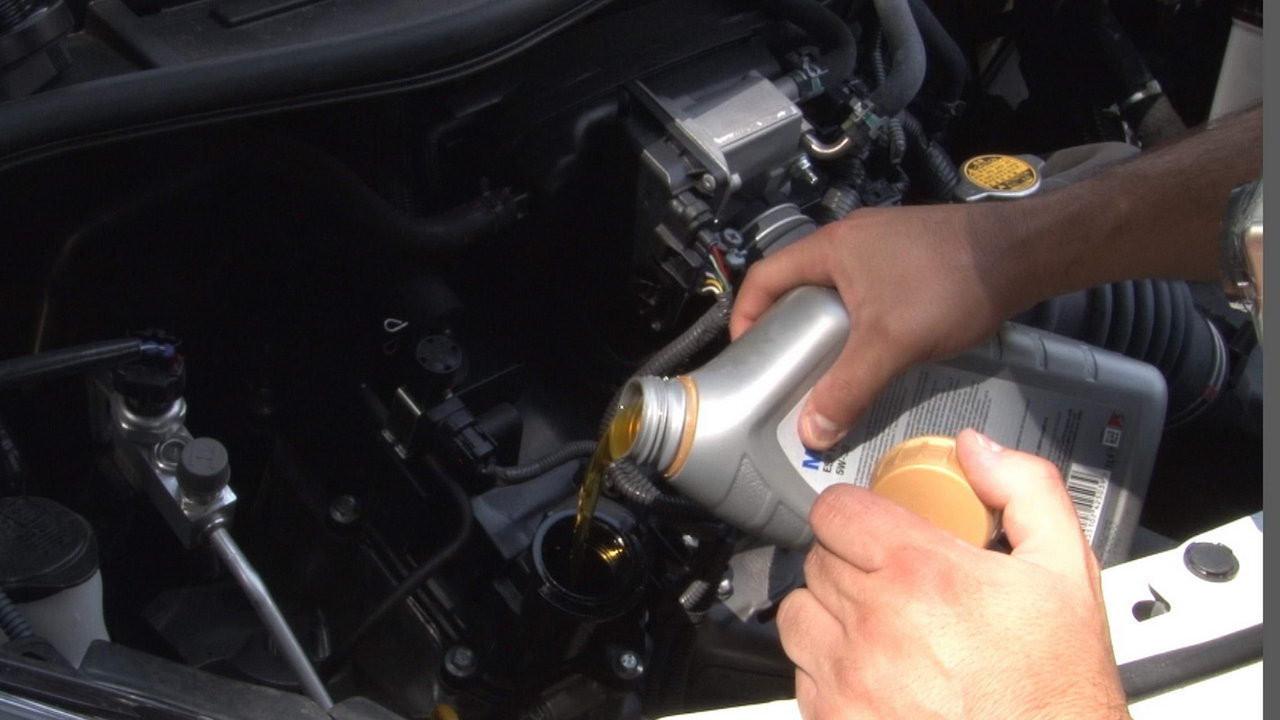Controllare l'olio del motore