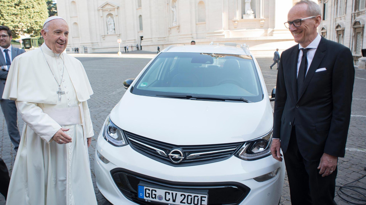 Pope Francis Opel Ampera-e