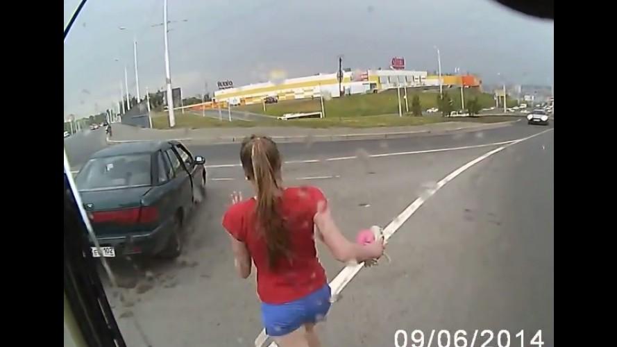 Vídeo: garota distraída nasce de novo ao escapar de acidente na Rússia