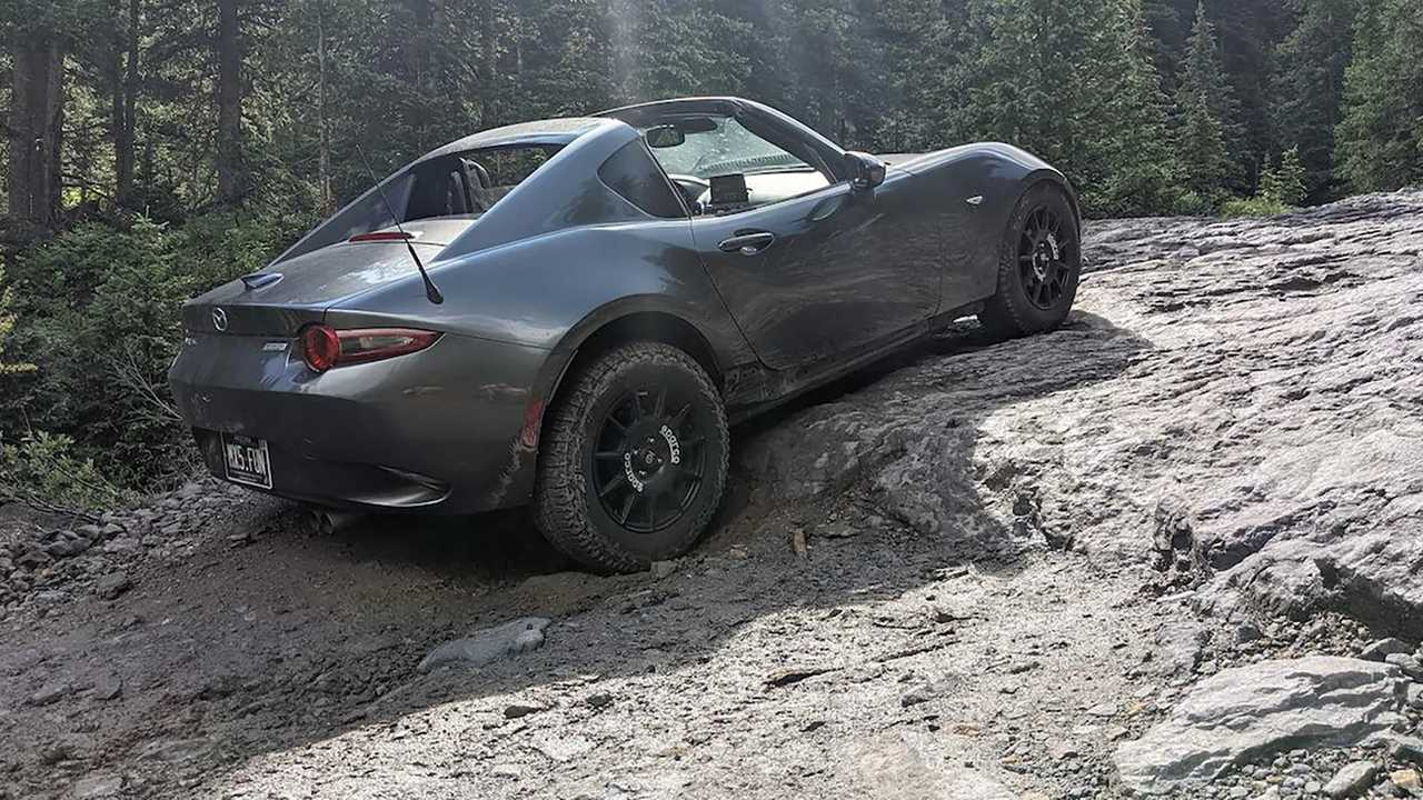 Mazda Miata terepgumikkal