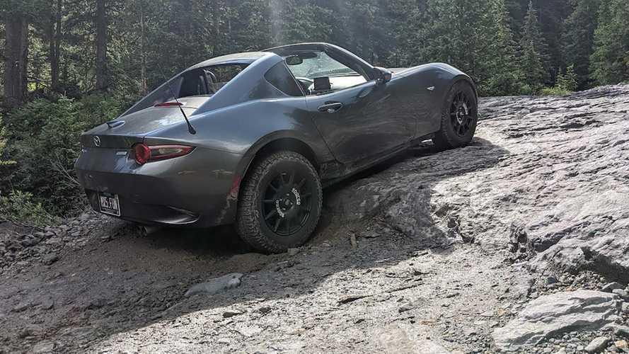Mindössze egy szett terepgumi elég volt egy Mazda Miatának Amerika egyik legkeményebb hegyi útjának meghódításához