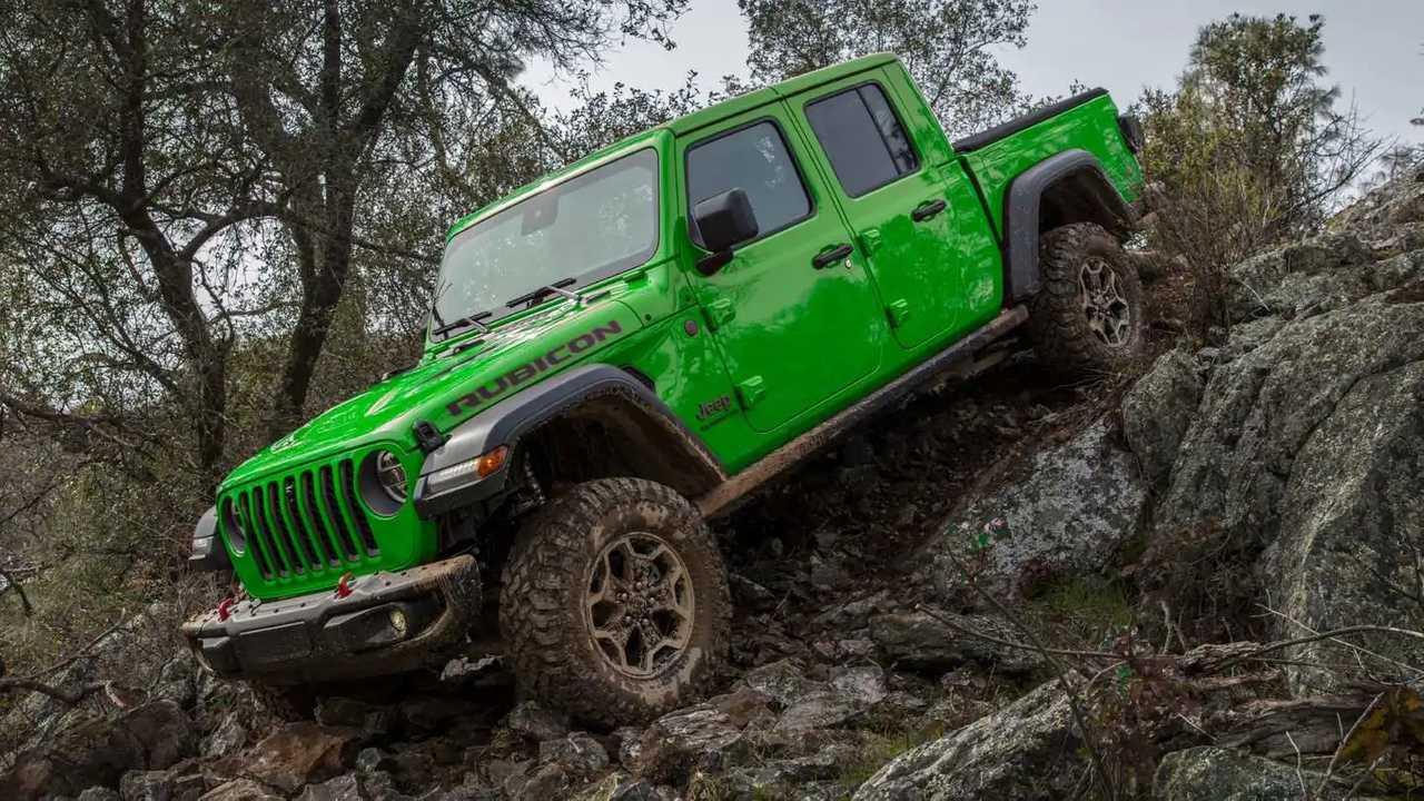 Jeep Gladiator tampak menyilaukan dalam balutan Gecko Green.d
