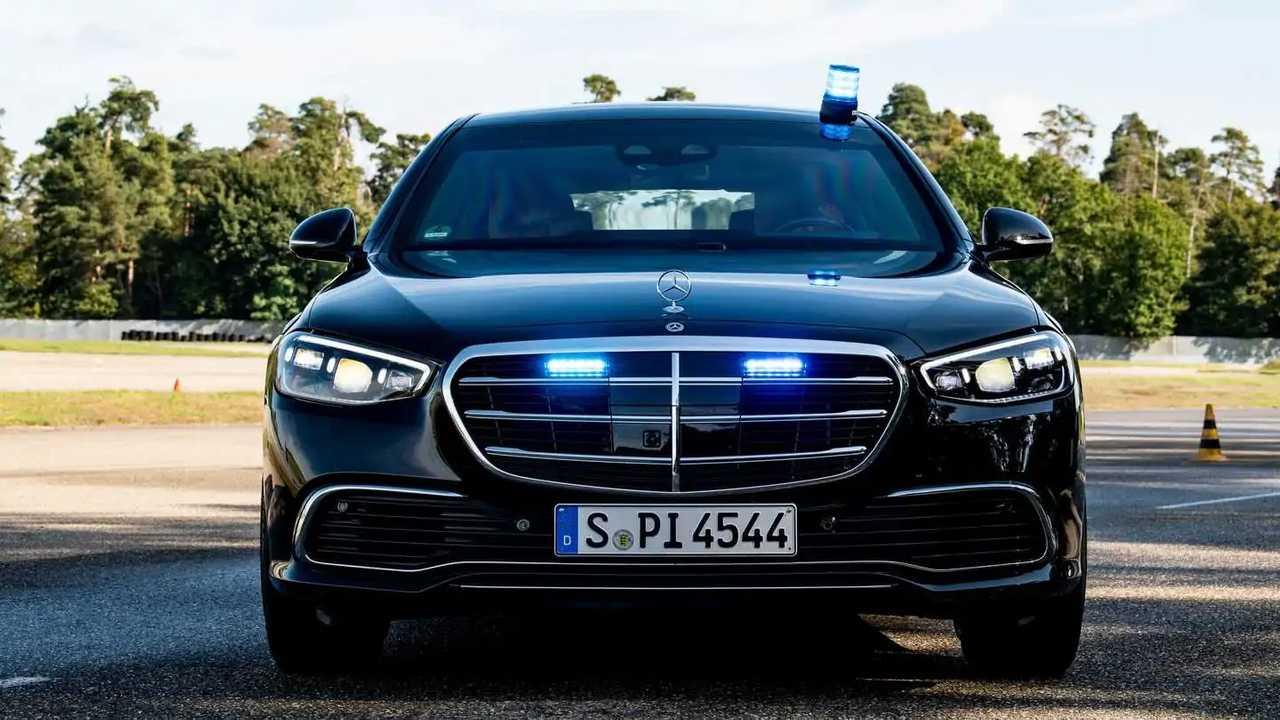 Der Mercedes S 680 Guard mit Blaulicht im Grill