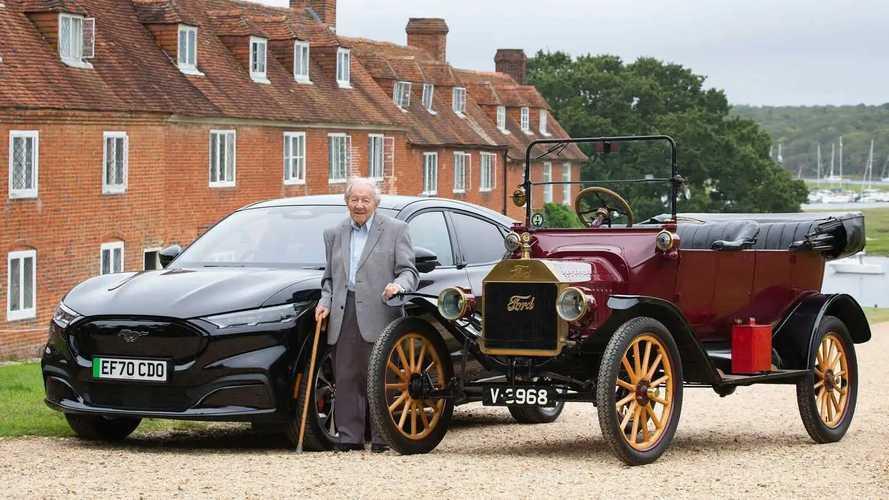 Kipróbálta a Ford Mustang Mach-E-t az a 101 éves férfi, aki még egy Model T-n tanult meg vezetni