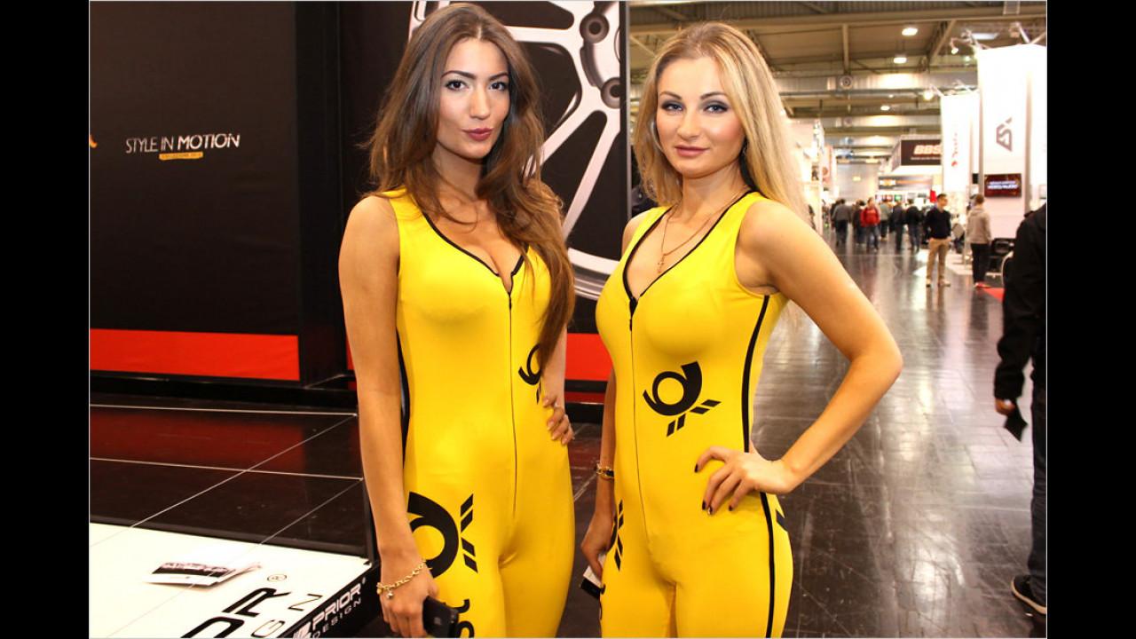 Die Postzustellung auf die deutschen Nordseeinseln wird offenbar von diesen Schwimmerinnen übernommen. Aber was machen die auf einer Tuning-Messe?