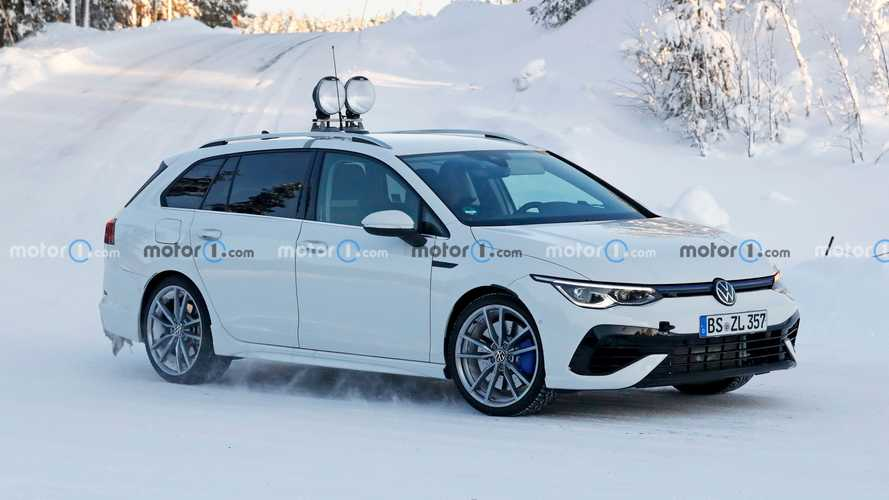 A hóba beolvadva próbálja magát álcázni az új VW Golf R kombiváltozata