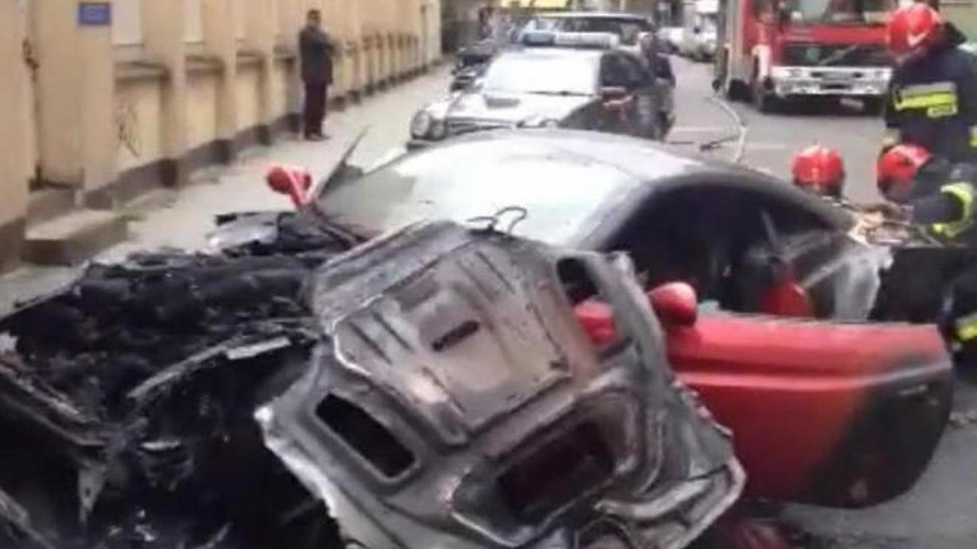 Ferrari California burns in Warsaw [video]