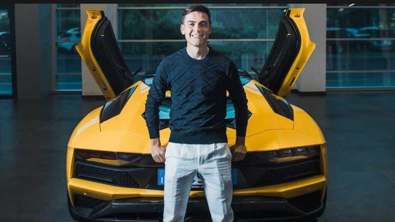 Paulo Dybala senang memiliki Lamborghini Aventador.