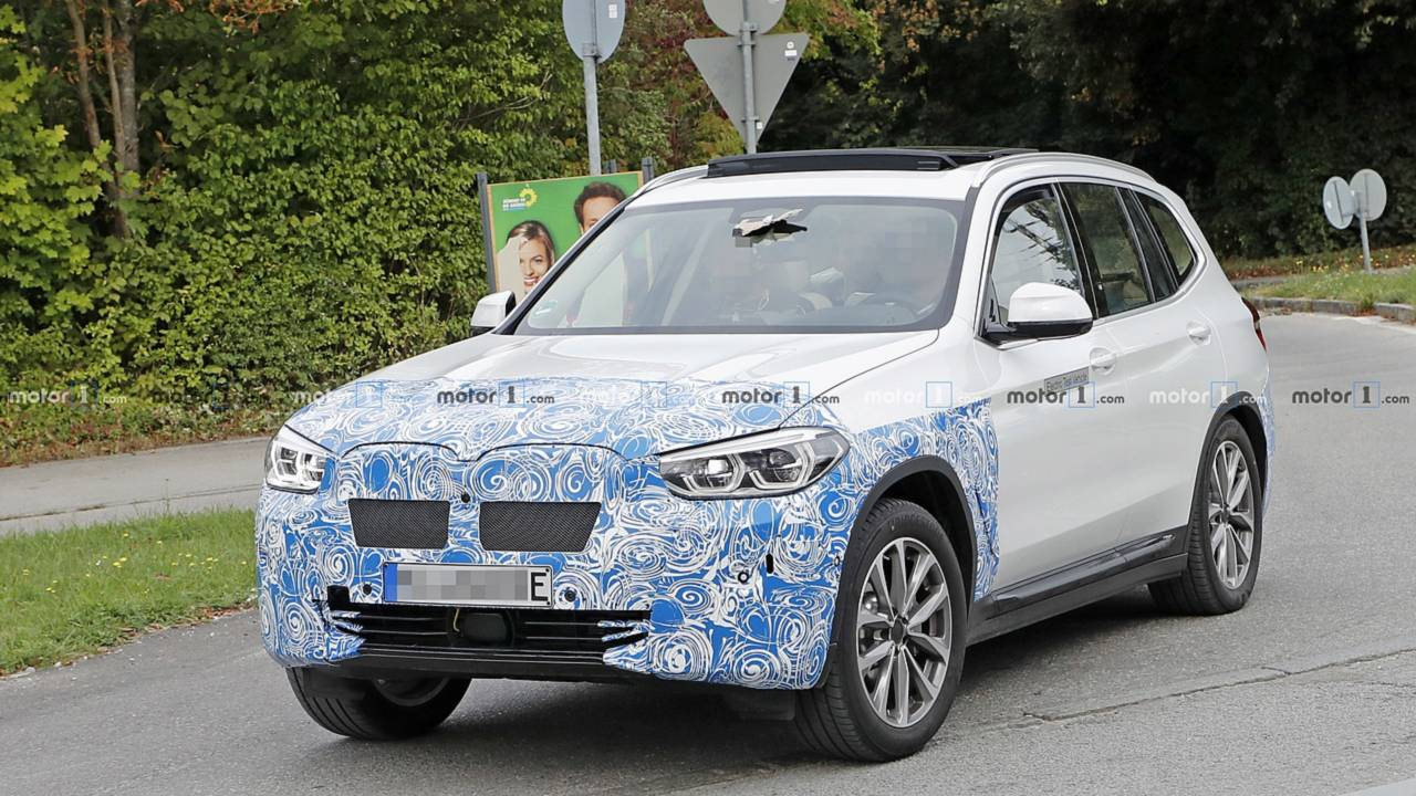 BMW iX3 Hafif Kamuflajlı Casus Fotoğrafları