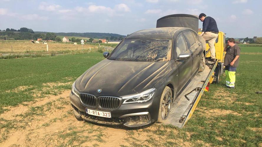 Kátyú miatt törhettek össze egy BMW M760Li-t Belgiumban