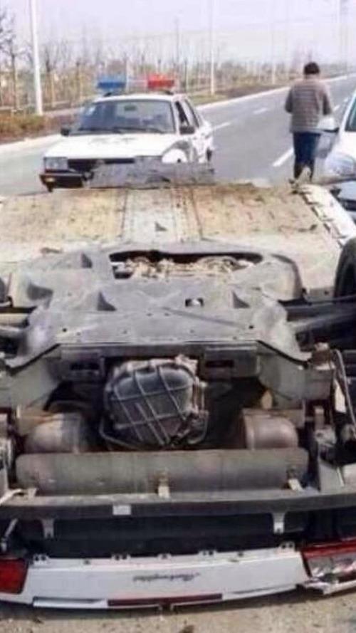 Lamborghini Gallardo LP560 Spyder totaled on highway in China