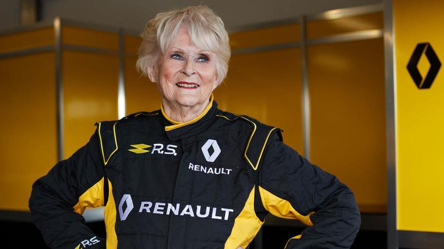 ¡Superabuela! Una mujer de 79 años conduce un Renault de F1