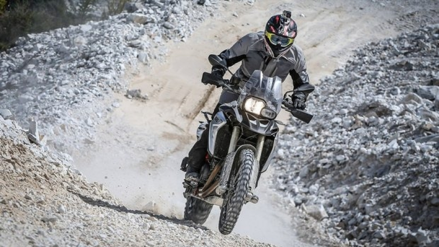 Le suggestive cave di marmo di Carrara con la BMW F 800 GS [VIDEO]