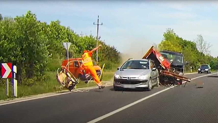 Videó: Centikkel kerüli el egy repülő fűrész a Magyar Közút egyik munkatársát