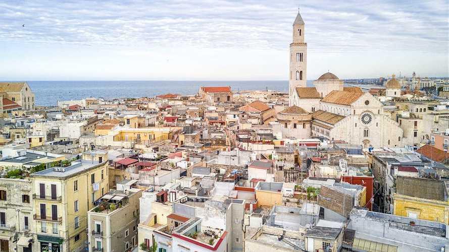 Auto elettriche a Bari, accesso ZTL, strisce blu e altre agevolazioni