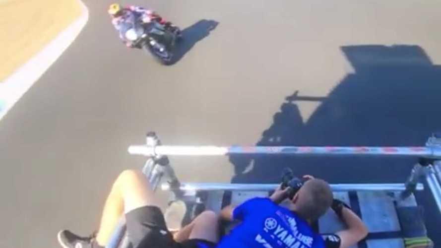 Videó: Nem kicsit hajmeresztő, ahogy a Yamaha fotósa a képeit készíti