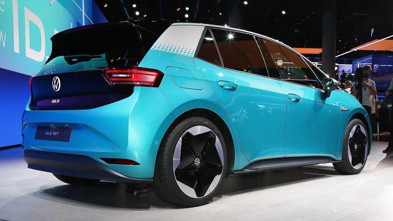 Il posteriore di una Volkswagen ID.3 azzurra