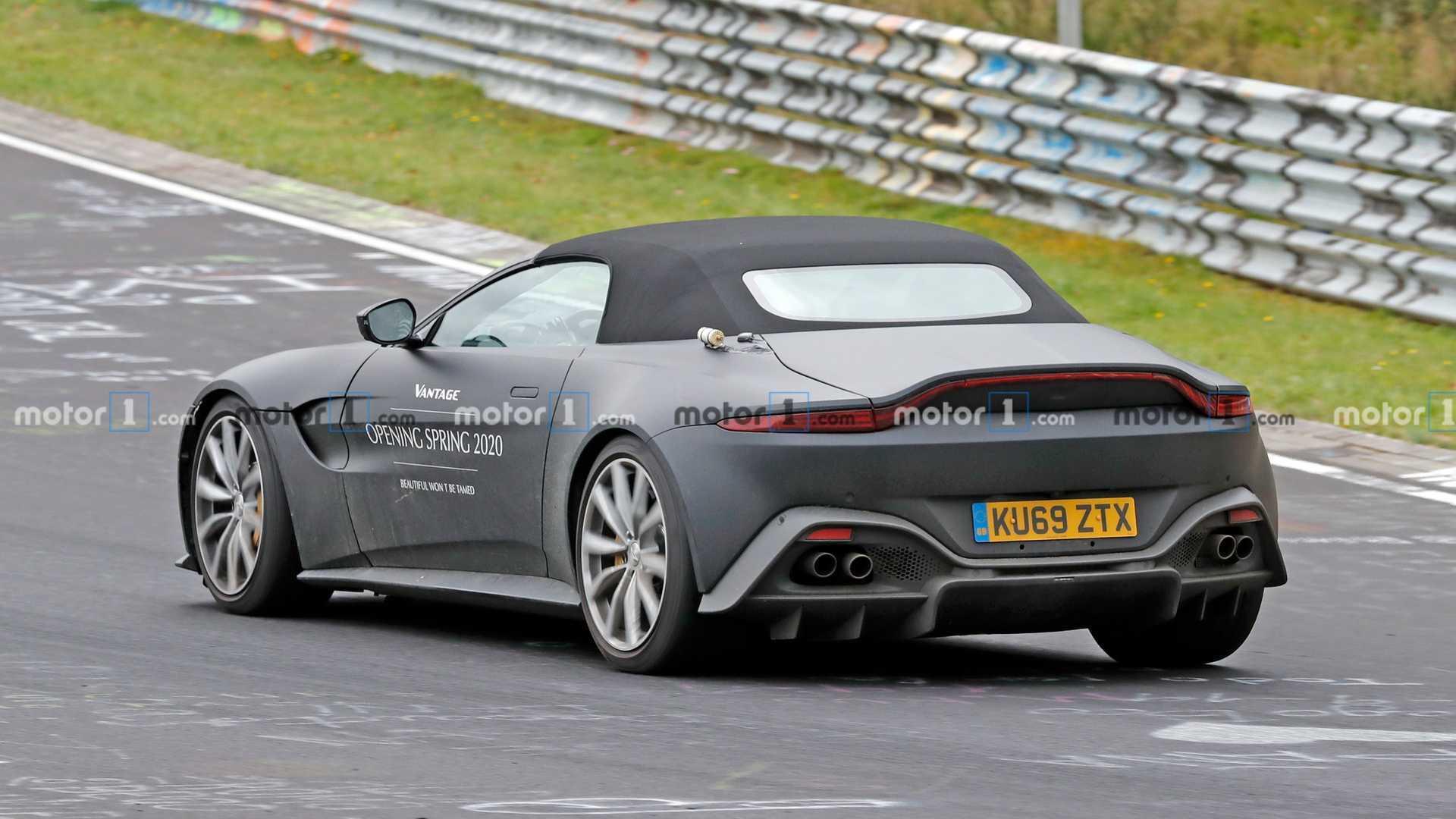 Aston Martin Vantage Roadster casuslara yakalandı