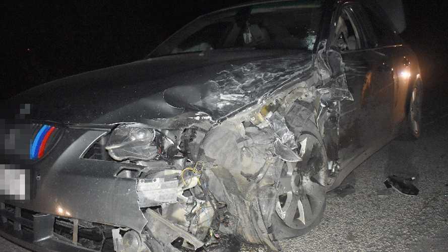 Csúnyán összetört egy M-es BMW szombat este Szolnok közelében