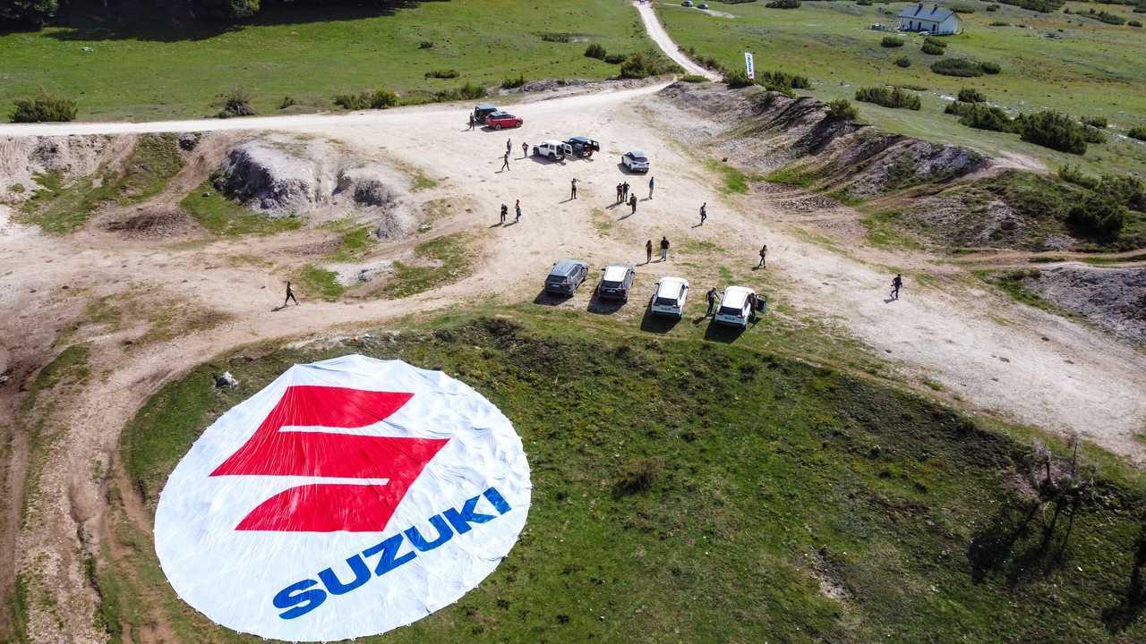 Suzuki Across Plug-in in fuori strada