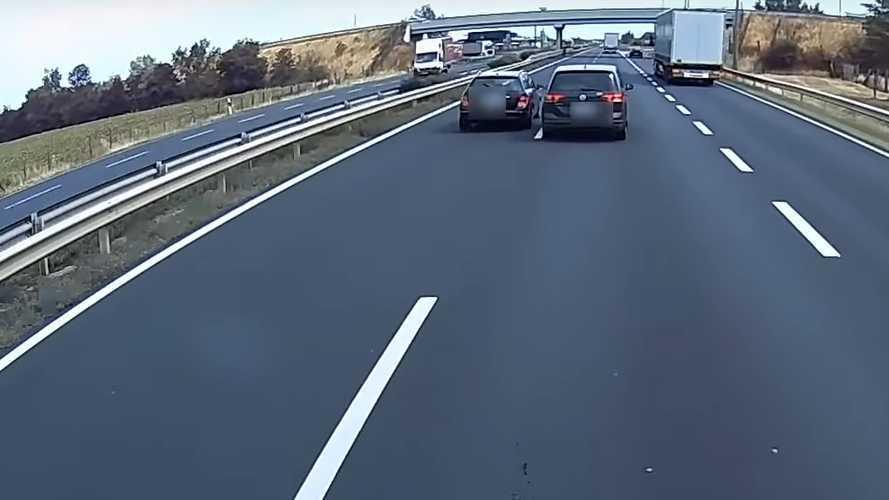 Komoly baleset történhetett volna az autópályán rivalizáló, egymást előzgető autósok ámokfutásából