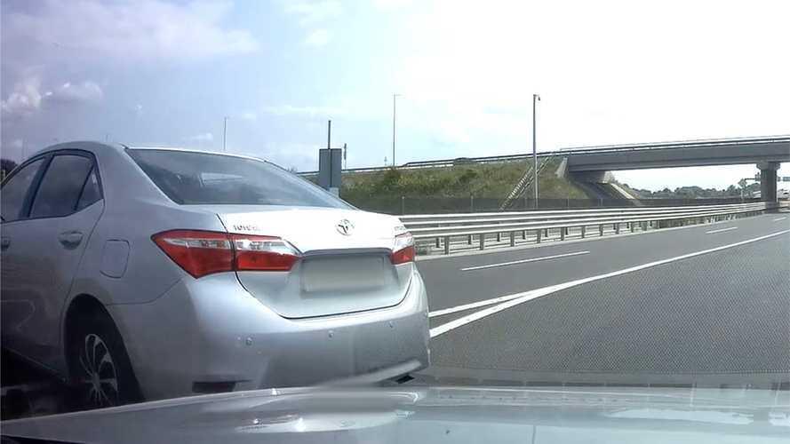 Így néz ki, amikor az előtted haladó autós hirtelen szembefordul a forgalommal