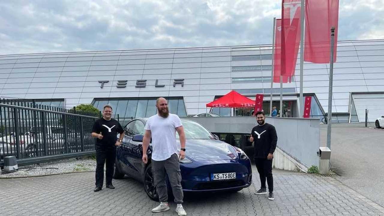 La consegna della prima Tesla Model Y a Dortmund, in Germania