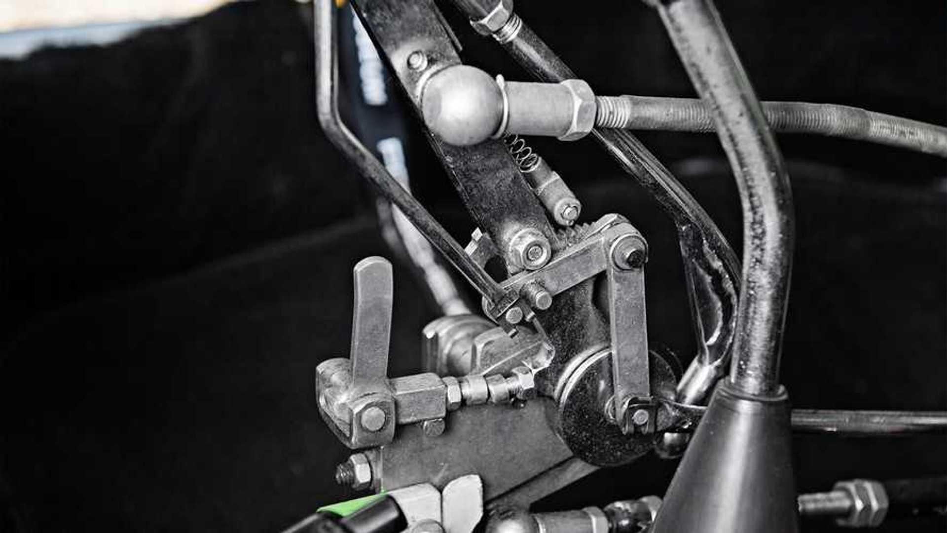 Безногий механик построил себе Porsche 911 без педалей